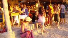 Uvolněná hippies atmosféra u baru na Ibizské pláži (Public Domain)