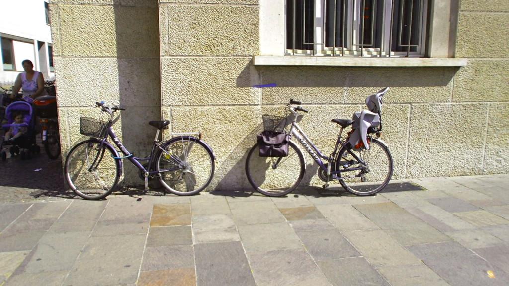 Lidé nechávají kola volně opřená o zeď, aníž by se báli, že jim je někdo ukradne.