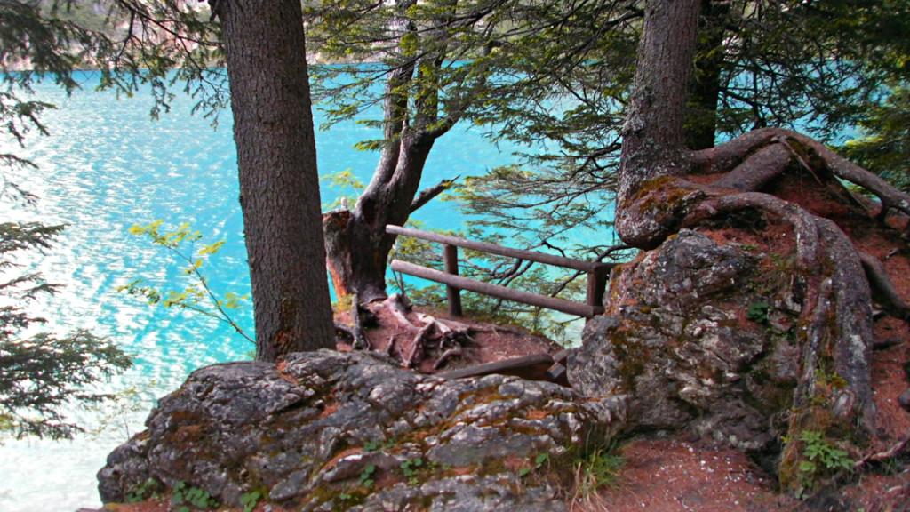Krajina jezera Pragser Wildsee s křišťálově čistou vodou.