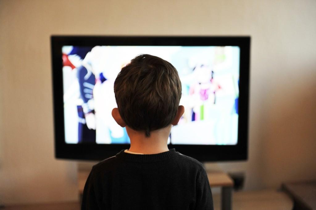 Některé děti nedokážou od televize odtrhnout oči (zdroj: pixabay.com)