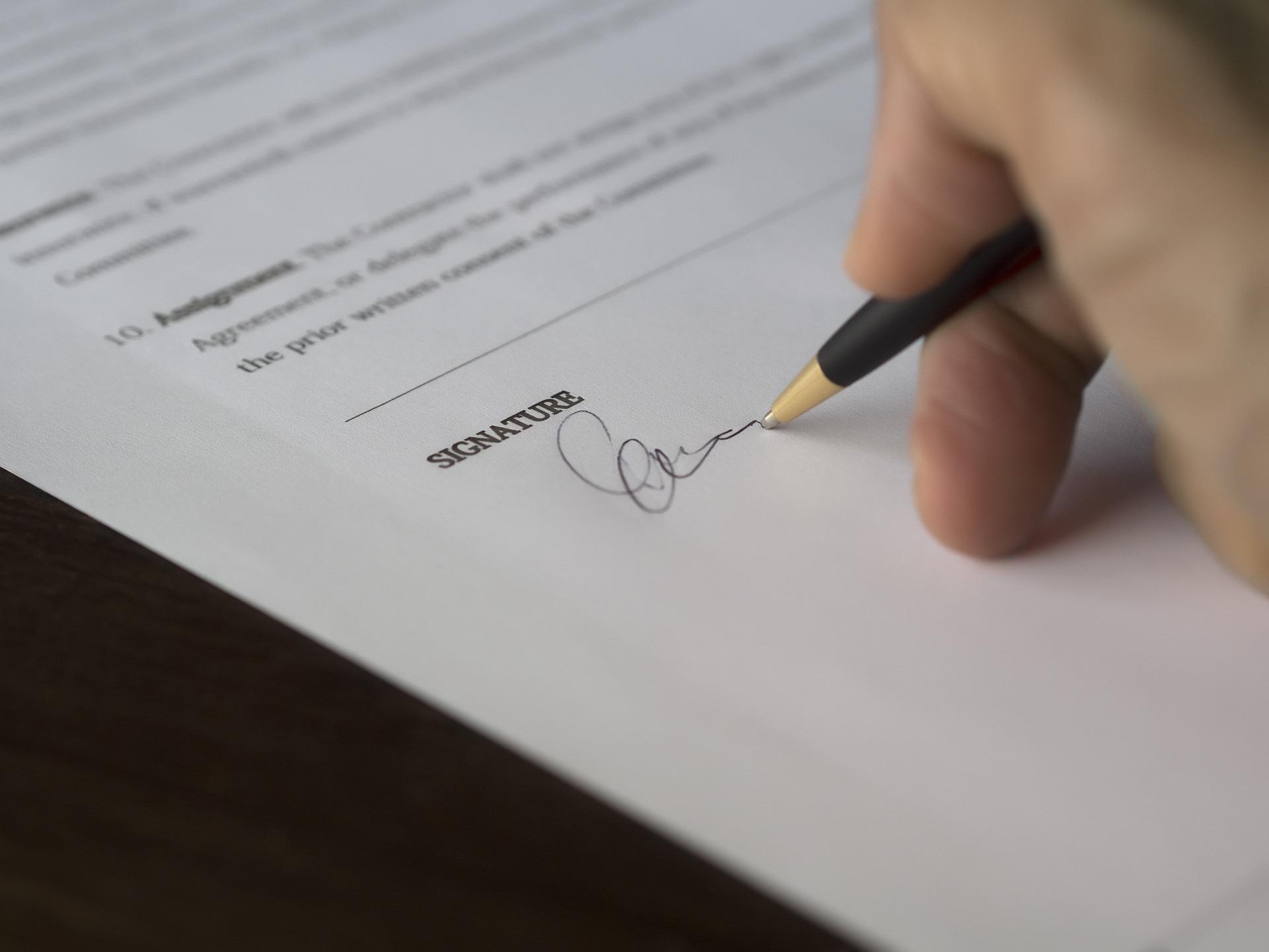 Před podpisem smlouvy o čerpání úvěru si udělejte analýzu firmy s kterou smlouvu podepisujete (Public Domain)