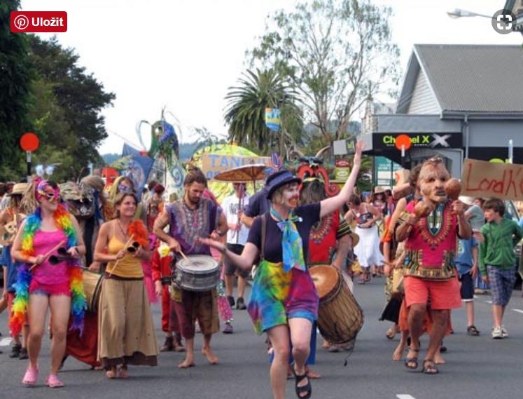 Hippies festival v ulicích Takaka na Novém Zeland (Zdroj: https://teara.govt.nz)